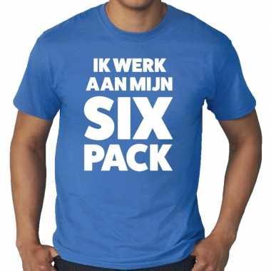 Ik werk aan mijn six pack tekst t shirt blauw heren